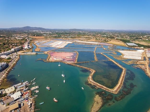 Vista aérea de lagoas de sal. fuzeta portugal.