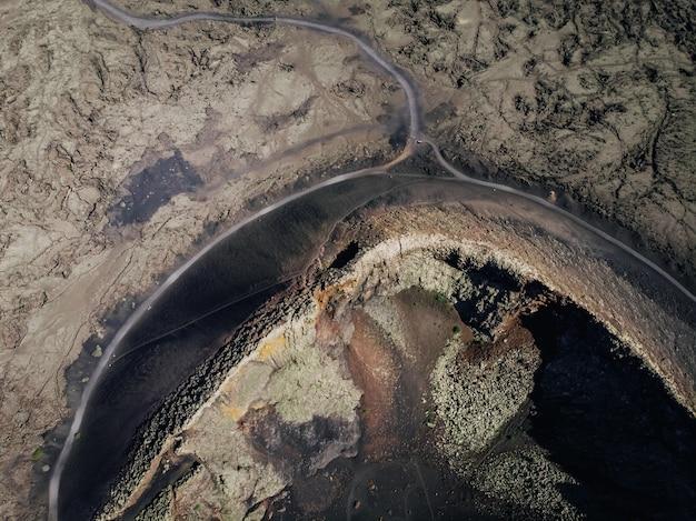 Vista aérea de lava congelada revestida da superfície do solo