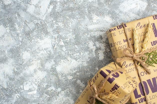 Vista aérea de lindos presentes de natal embalados, grandes e pequenos, no lado esquerdo na mesa de gelo