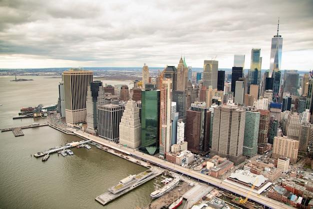 Vista aérea de manhattan do helicóptero da cidade de nova york