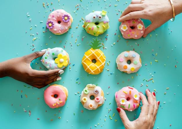 Vista aérea, de, mãos, obtendo, donut