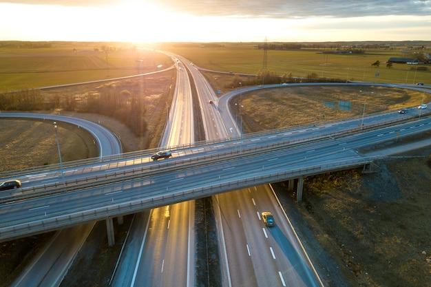 Vista aérea, de, modernos, rodovia, estrada, interseção