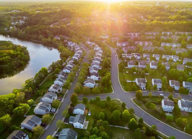 Vista aérea de modernos telhados de casas, nascer do sol