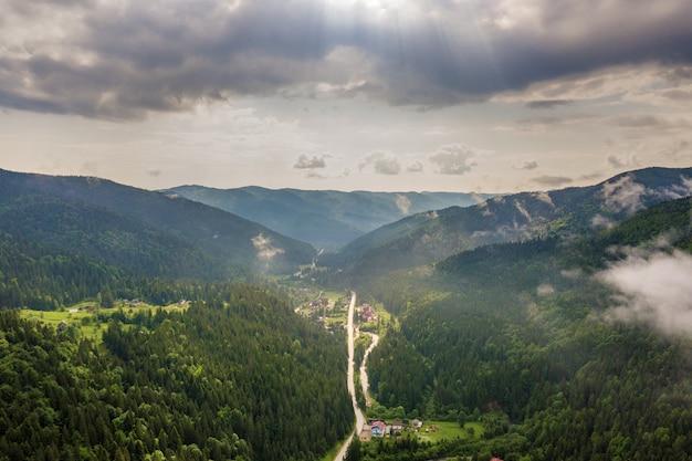 Vista aérea de montanhas carpathian verdes cobertas com o dia ensolarado do verão sempre verde do foreston do pinho.