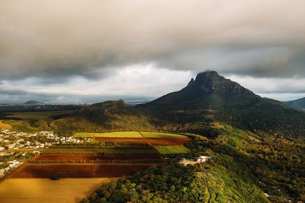 Vista aérea de montanhas e campos na ilha maurícia.
