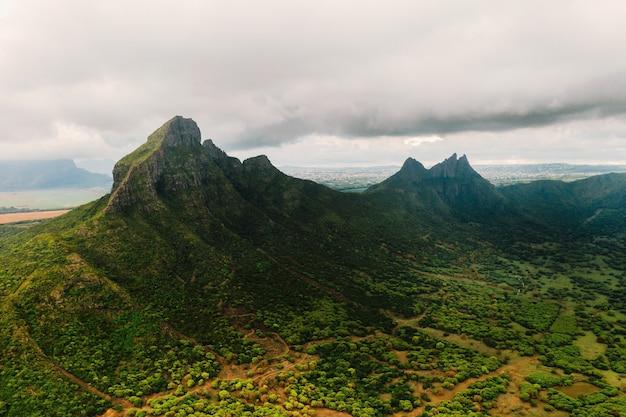 Vista aérea de montanhas e campos na ilha maurícia