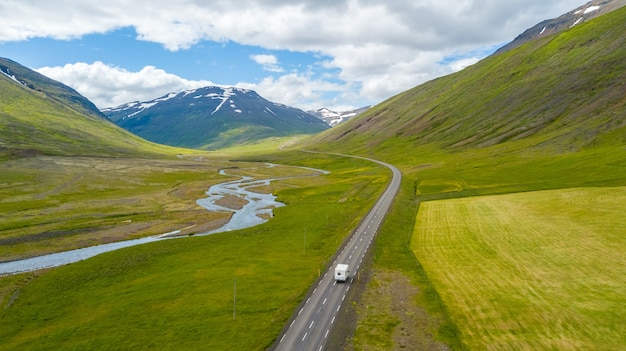 Vista aérea, de, motorhome, ligado, a, estrada, em, islândia