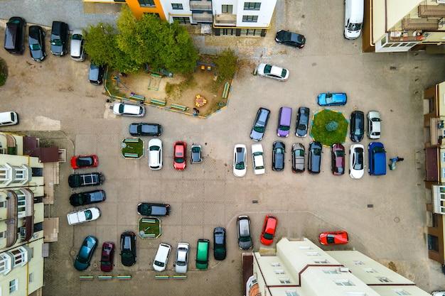 Vista aérea de muitos carros coloridos estacionados em um estacionamento público