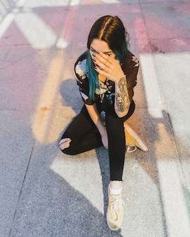 Vista aérea, de, mulher jovem, com, tatuagem, ligado, dela, mão
