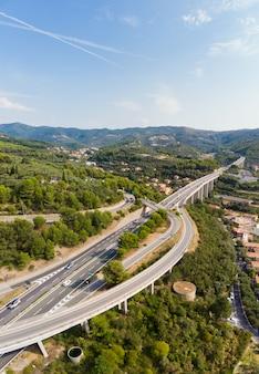 Vista aérea, de, múltiplo, pista, rodovia, cruzamento, vilas, e, floresta, colinas, (autostrada, dei, fiori, -, a10), liguria, itália