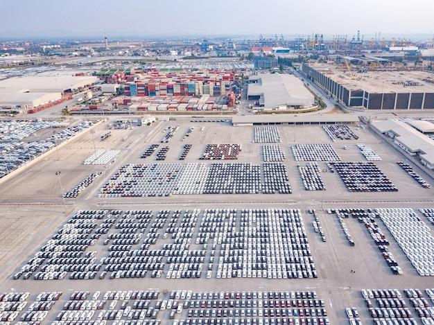 Vista aérea de novos carros estacionados na área de estacionamento da fábrica de automóveis