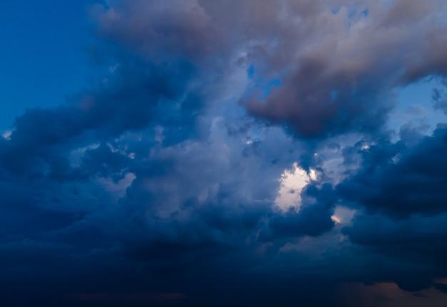 Vista aérea de nuvens de chuva ao pôr do sol sobre a cidade