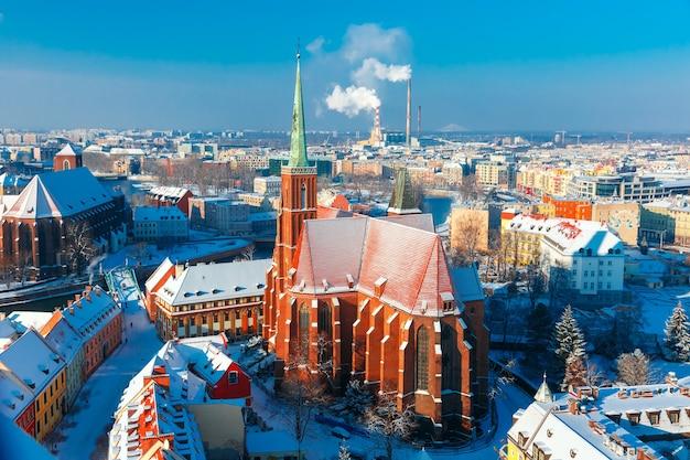 Vista aérea de ostrow tumski com a igreja da santa cruz e são bartolomeu da catedral de são joão na manhã de inverno em wroclaw