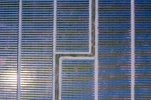 Vista aérea de painéis solares de câmera drone na tailândia