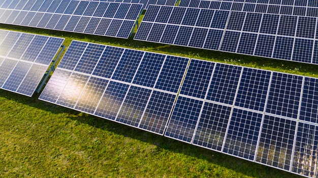 Vista aérea de painéis solares fotovoltaicos