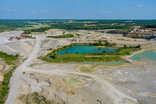 Vista aérea de pequenos lagos formados por atividades de mineração na extração de pedras no cânion
