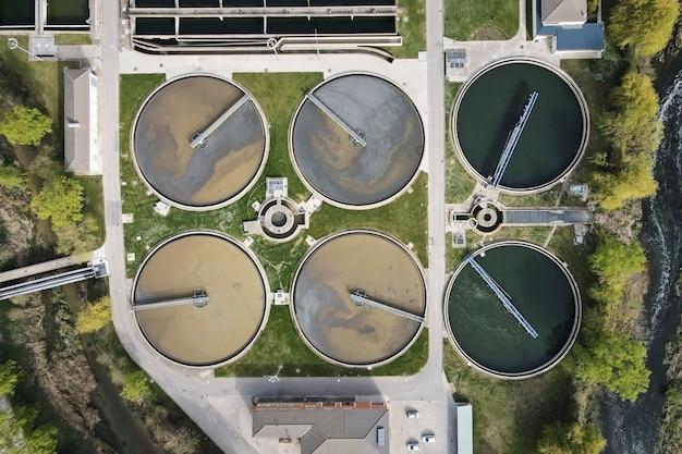 Vista aérea de pesquisas redondas na filtração de água suja de estação de tratamento de águas residuais