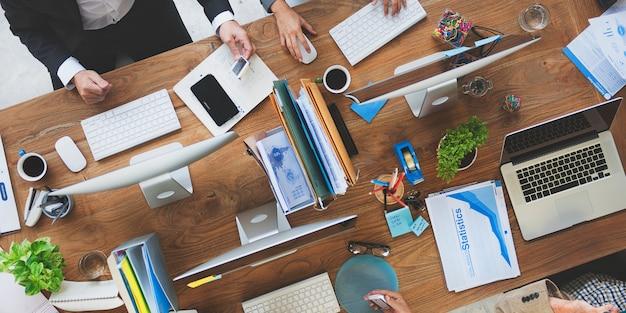 Vista aérea, de, pessoas, trabalhando, escritório