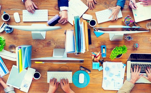 Vista aérea de pessoas trabalhando no escritório