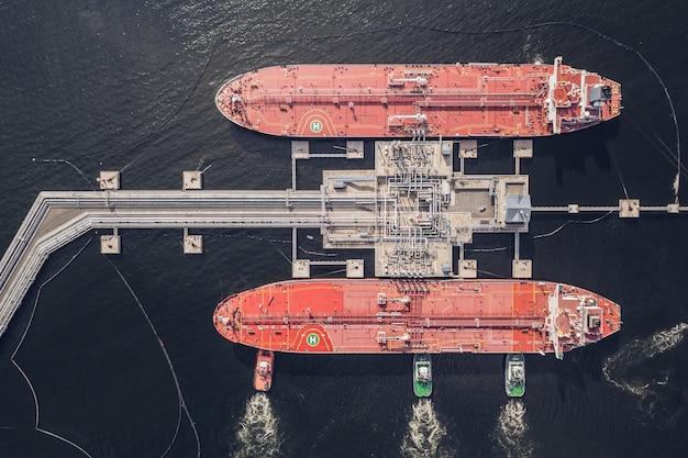 Vista aérea de petroleiros no porto