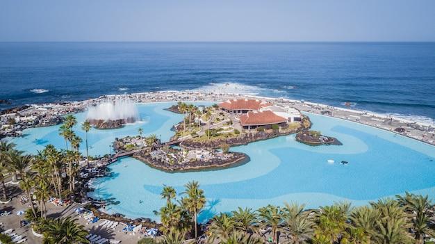 Vista aérea de piscinas de água salgada lindamente projetadas lago martianez em puerto de la cruz, tenerife, ilhas canárias, espanha