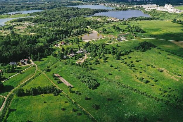 Vista aérea de planícies e campos
