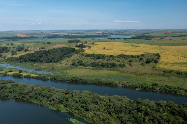 Vista aérea de plantios próximos à hidrovia do rio tietê, em bariri, interior de são paulo.