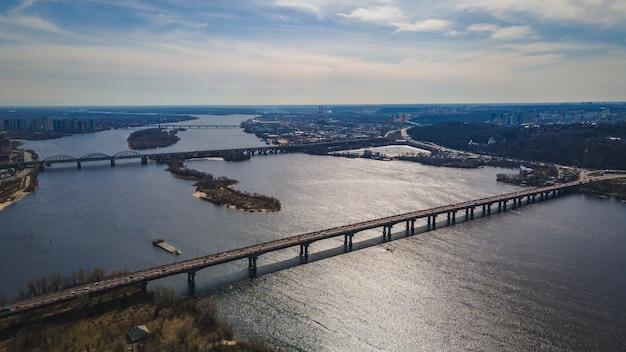 Vista aérea de pontes no rio dnipro em kiev