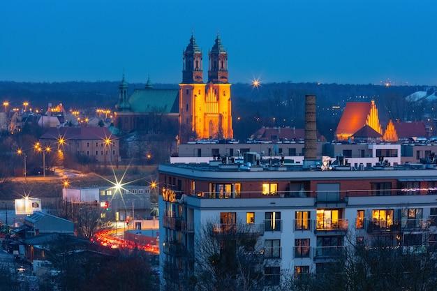 Vista aérea de poznan com a catedral de poznan ao pôr do sol