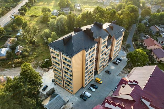 Vista aérea de prédios de apartamentos de vários andares na área residencial verde.
