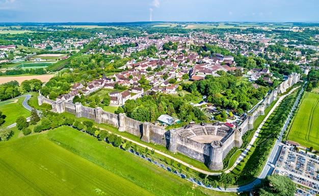 Vista aérea de provins, uma cidade de feiras medievais e um sítio. o departamento de seine-et-marne da frança