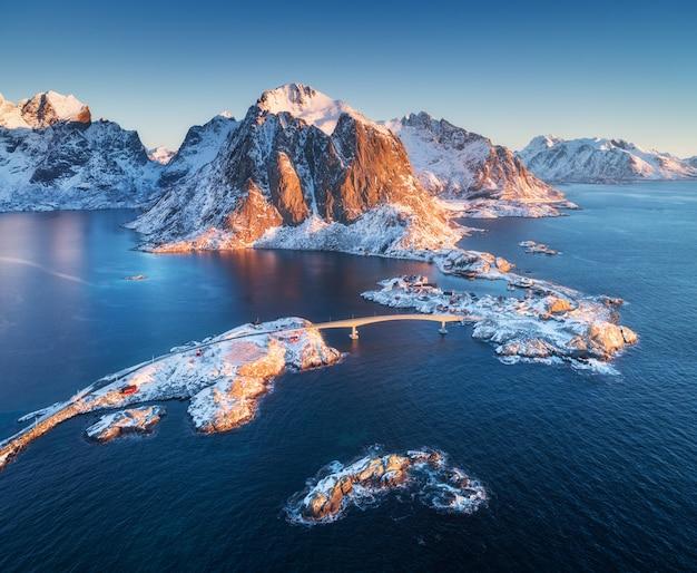 Vista aérea de reine e hamnoy ao nascer do sol no inverno