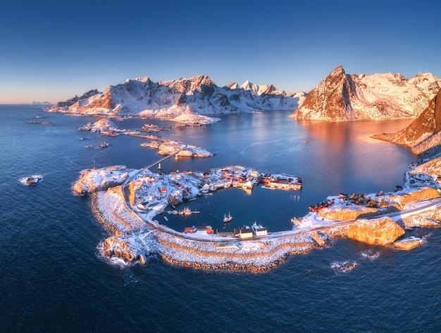 Vista aérea de reine e hamnoy ao pôr do sol no inverno