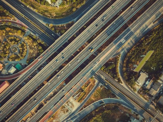 Vista aérea, de, rodovia, e, overpass, em, cidade