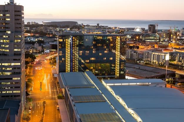 Vista aérea de ruas e prédios comerciais no distrito comercial