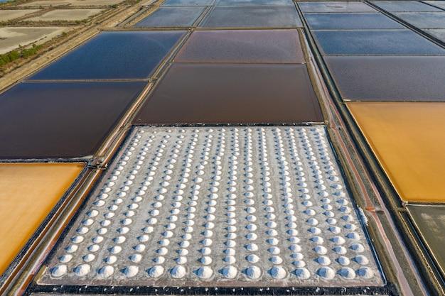 Vista aérea de salt em uma fazenda de sal pronta para a colheita, tailândia