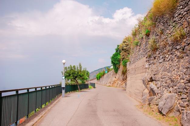 Vista aérea, de, serpentina, estradas, em, a, amalfi costeiam, perto, a, mar