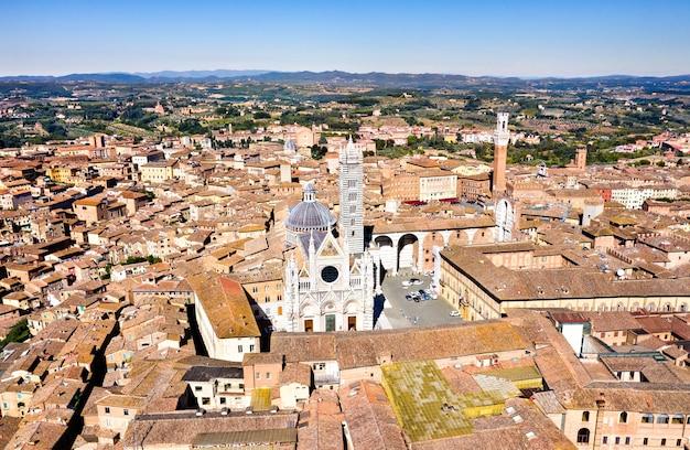 Vista aérea de siena com a catedral e a torre mangia. na toscana, itália