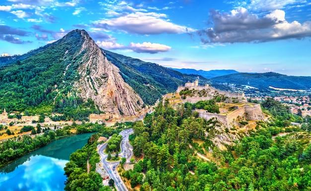 Vista aérea de sisteron com sua cidadela e a rocha do baumé. provença, frança