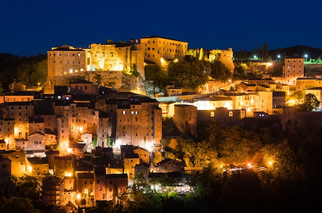 Vista aérea de sorano, uma cidade na província de grosseto, sul da toscana, itália