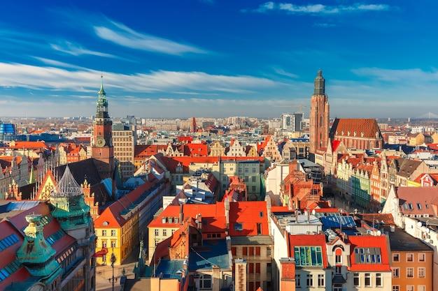 Vista aérea de stare miasto com a praça do mercado, a antiga câmara municipal e a igreja de santa isabel da igreja de santa maria madalena em wroclaw