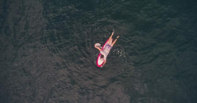 Vista aérea de surfistas e ondas no oceano tropical. vista do topo
