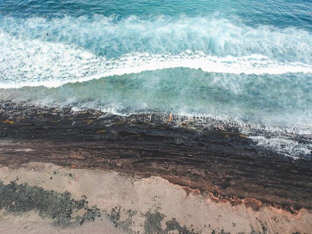 Vista aérea de surfistas nas ondas do fundo do oceano atlântico