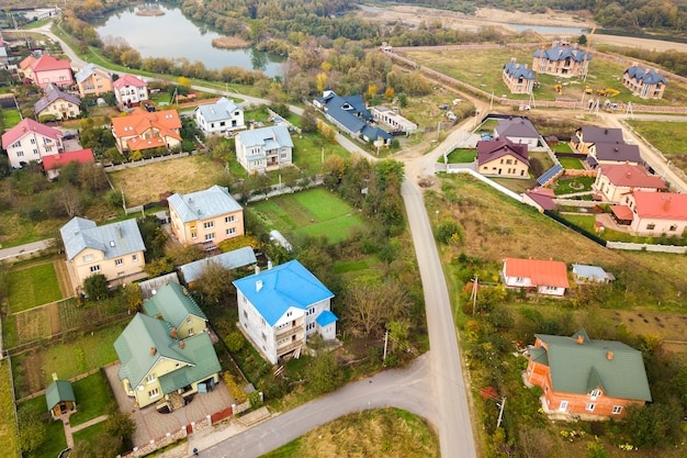 Vista aérea de telhados de casa em área residencial de bairro rural.
