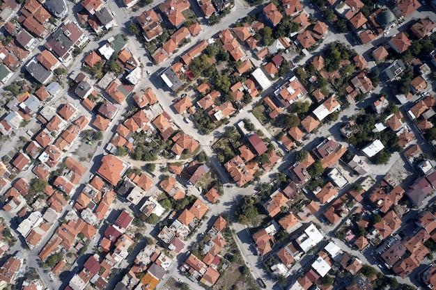 Vista aérea de telhados de construção de cidade viajando para a europa