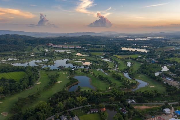 Vista aérea de terras agrícolas / campo de arroz na tailândia