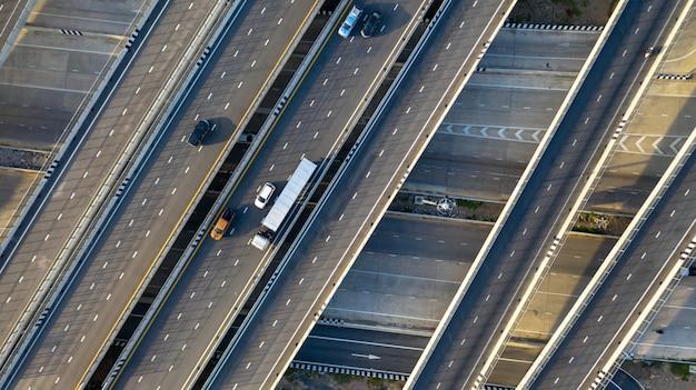 Vista aérea de topo da rodovia