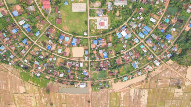 Vista aérea de topo das aldeias em um círculo tomado com drones
