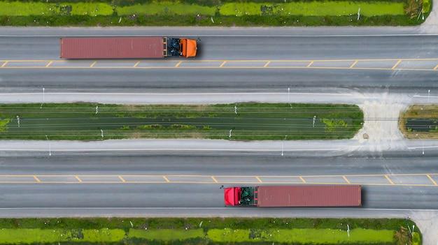 Vista aérea de topo de caminhões na estrada e rodovia