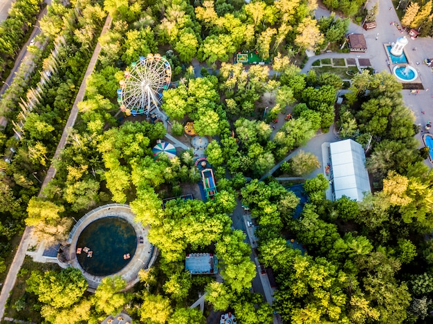 Vista aérea de topo do parque de diversões para crianças em um dia de verão